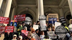 Demonstraner på New Yorks stadshustrappa, mot Amazon