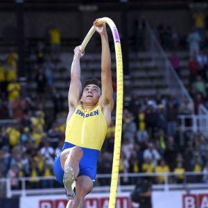 Armand Duplantis hoppar.
