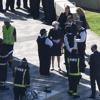 Theresa May besöker brandplatsen