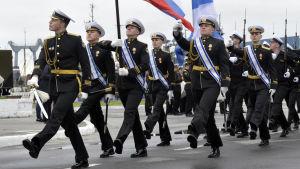 Ryska flottister paraderar i Severomorsk.