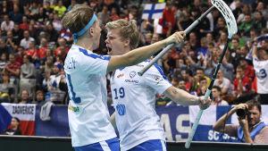 Peter Kotilainen och Joonas Pylsy jublar i VM 2018.