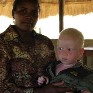 Mutoni med sin son Isaac, som har råkat ut för kidnappningsförsök.