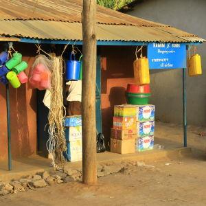 """Ett """"shoppingcenter"""" på handelsgatan i Kyangwali."""