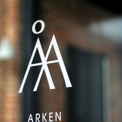 Åbo Akademis logo på en glasdörr
