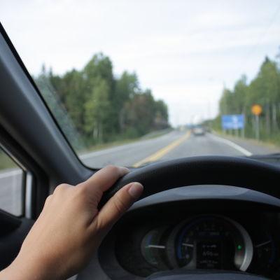 En person som kör bil