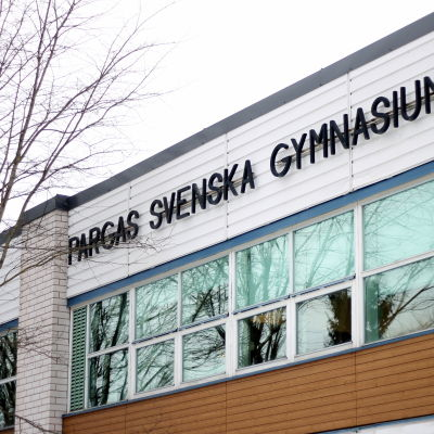 En bild på namnet på skolan alltså Pargas svenska gymnasium.