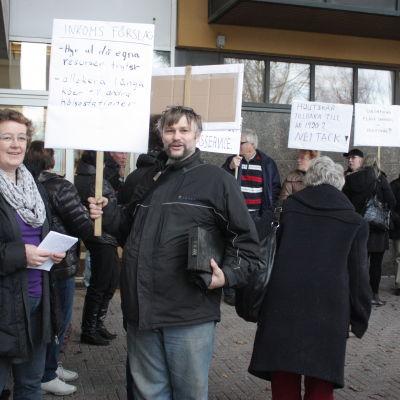 demonstration för vård i Houtskär