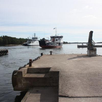 Förbindelsebåten Stella på väg mot Hitis skärgård. I bakgrunden också ms Aura.