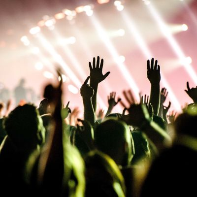 folk dansar på festival/spelning