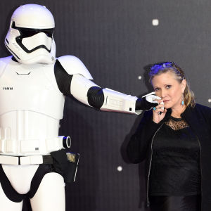 En stormtrooper och Carrie Fisher.