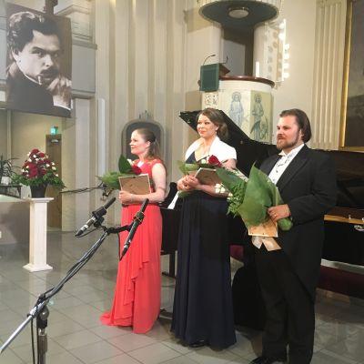 Toivo Kuula -laulukilpailun voittajatrio.