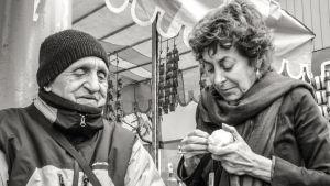 Maria Teresa Larrain hjälper en man på gatan i filmen När världen sakta suddas ut.