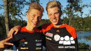 Två unga män framför en sjö. De är klädda i idrottskläder i svart och orange.