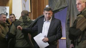 Aleksandr Zachartjenko lämnar ett valbås i Donetsk.