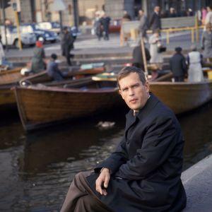 Jörn Donner sitter på kajen vid Salutorget i Helsingfors. Bilden är tagen i september 1967.