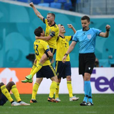 Svenska spelare firar seger.