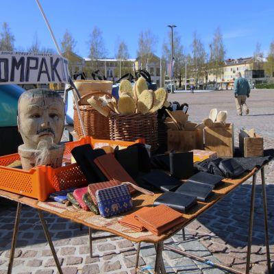 Lompakkoja ja muuta tavaraa myynnissä Mikkelin torilla.