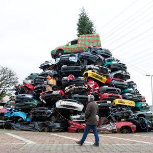 Julgran av skrotbilar