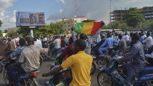 Oppositionsanhängare drog ut på gatorna i huvudstaden Bamako för att protestera mot misstänkt valfusk