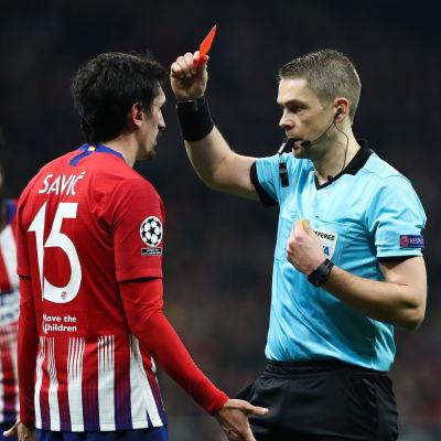 Mattias Gestranius ger rött kort åt Stefan Savic.