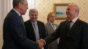 den nuvarande människorättskommissionären Nils Muiznieks (till höger) har i sitt arbete bland annat träffat Rysslands utrikesminister Sergei Lavrov (till vänster).