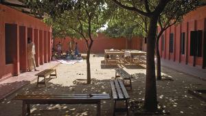 Kvinnor i samvaro på centrets atriumgård i Rufisque.