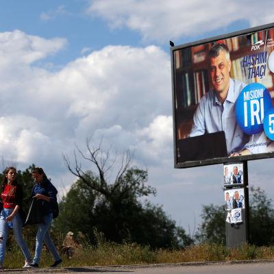 En reklamskylt av Kosovos premiärminister Hashim Thaçi inför parlamentsvalet.