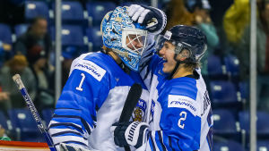 Målvakten Ukko-Pekka Luukkonen klappas om av Oskari Laaksonen efter den klara finländska segern över Slovakien.
