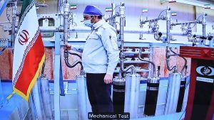 Den här bilden på en tekniker i anrikningsanläggningen Natanz, publicerades av det iranska presidentkansliet så sent som igår, den 10 april. Då firade Iran kärnteknikdagen