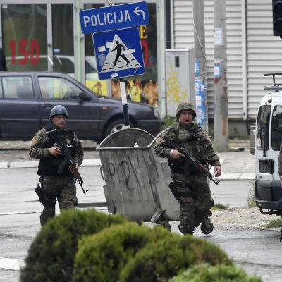 """Polisen I Makedonien gör en räd mot en """"terrorgrupp""""."""
