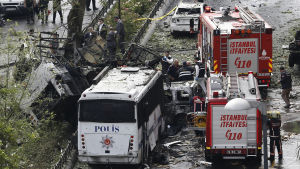 Bilbomben exploderade vid en polisbuss i centrala Istanbul.