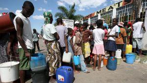 Zimbabwier köar för rent vatten