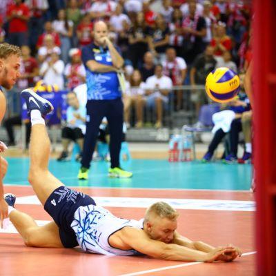 Finlands landslag under volleybollsmatch.