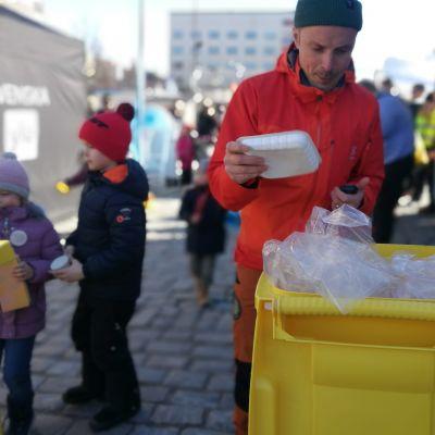 Buu-klubbens programledare på plats på evenemanget Älskade plast på Vasa torg.