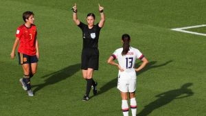 Fotbollsdomare visar handtecknet för videogranskning.