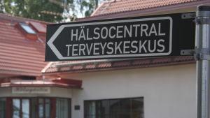 En skylt med texten Hälsocentral/Terveryskeskus.