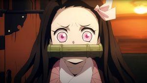 Lähikuvassa vaaleanpunasilmäinen tyttö tuijottaa järkyttyneen hätääntyneenä kameraan suukapula suussaan.