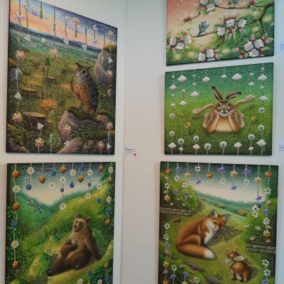 Eläinaiheisia tauluja seinällä.
