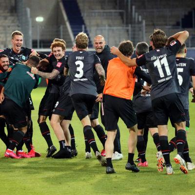Bremenspelare firar att laget klarat ligakontraktet.