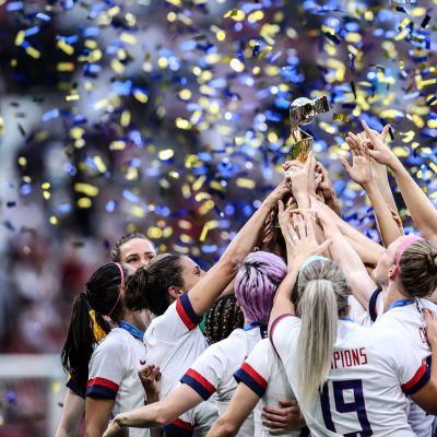 Katso suorana: jalkapallon naisten MM-kultamitalijoukkue juhlii voittoaan New Yorkissa