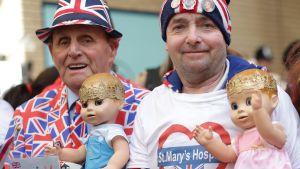Rojalister samlades utanför St Mary-sjukhuset i London efter nyheten om att hertiginnans förlossning börjat.