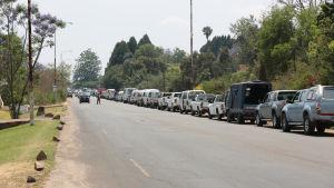 Bilar i bensinkö i Harare.