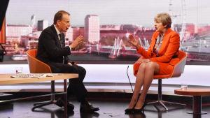Premiärminister Theresa May (till höger) intervjuas av Andrew Marr (vänster) i brittisk tv.