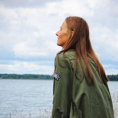 Mathilda Lindholm vid vattnet i Munksnäs.