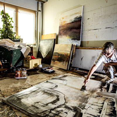 Kristina Isaksson målar en tavla