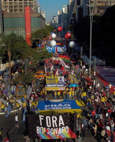 Folkmassor demonstrerar i Rio de Janeiro.