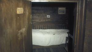 Aleksis Kivi dog i den här sängen i den lilla stugan i Tusby.
