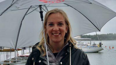 Sandra Bergqvist med paraply, i Nagu småbåtshamn