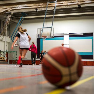 Koripalloharjoitukset Tiistilän koulun liikuntahallissa.