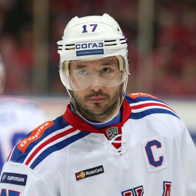 Ishockeyspelare med kaptensmärke på bröstet.